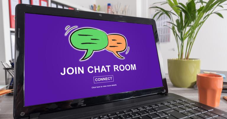 Portátil con el texto «Join chat room» en la pantalla