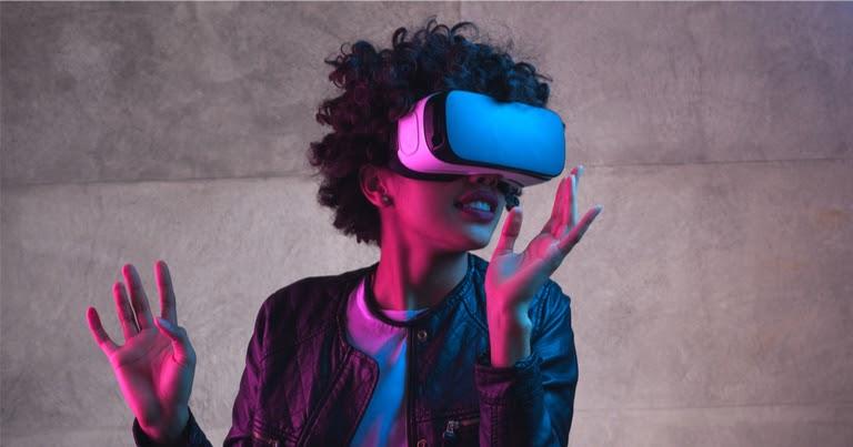 Gadis mengenakan kacamata realitas virtual
